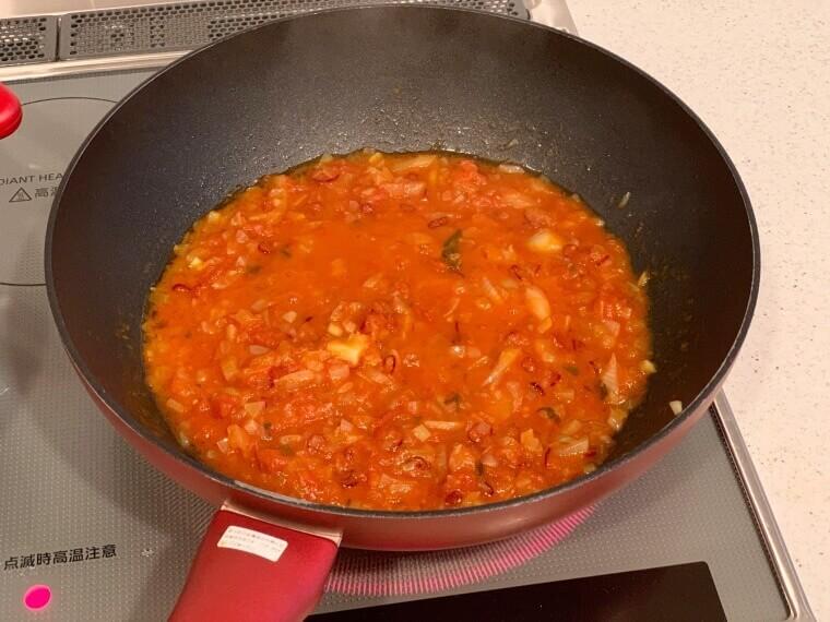 トマトソースを炒める